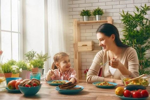 Cha mẹ hãy kiên nhân, trò chuyện giúp con thích thú ăn uống