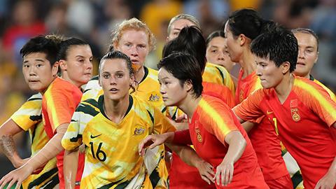 Australia (vàng) sẽ gặp tuyển nữ Việt Nam ở vòng play-off