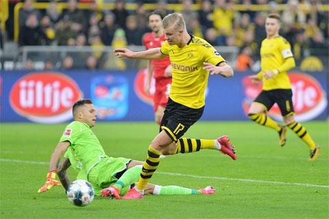 Haaland (phải) sẽ tỏa sáng với những bàn thắng cho Dortmund