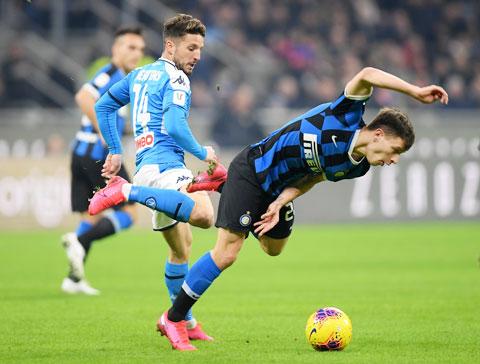 Inter (phải) gục ngã trước Napoli ngay trên sân nhà vào rạng sáng qua