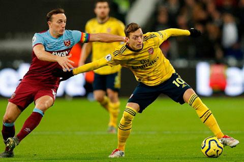 Oezil (phải) hầu như không còn giá trị sử dụng khi anh mới có 1 pha kiến tạo, 0 bàn thắng ở Premier League mùa này