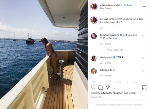 Sofia đăng ảnh bikini trên du thuyền và ngỏ ý có một cuộc hẹn trong ngày Valentine