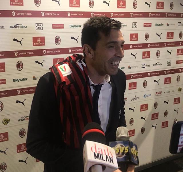 Buffon với chiếc áo kỷ niệm từ con trai của Paolo Maldini