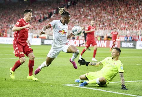 Điểm tựa sân nhà sẽ giúp Leipzig (giữa) đánh bại Bremen