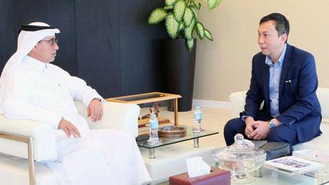 Ông Trần Quốc Tuấn - Phó chủ tịch VFF (bên phải) trong cuộc gặp với ông Saoud Al Mohannadi -  Phó Chủ tịch QFA kiêm thường vụ FIFA