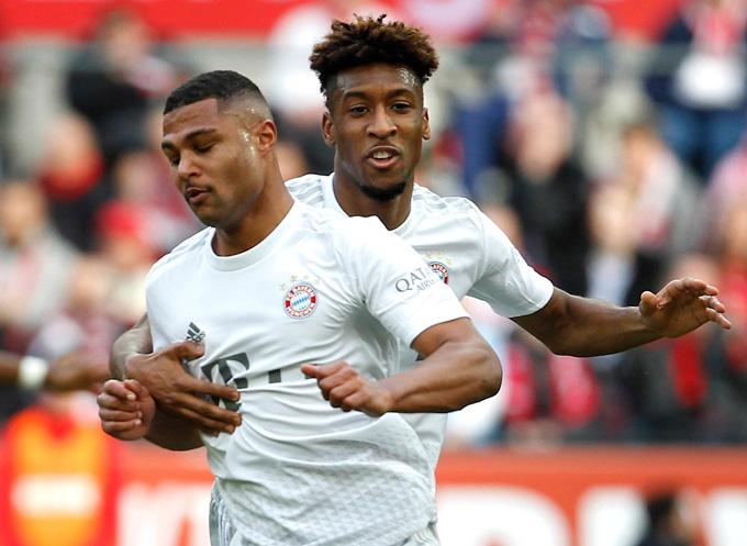 Gnabry (trước) lập 1 cú đúp trong chiến thắng đậm của Bayern