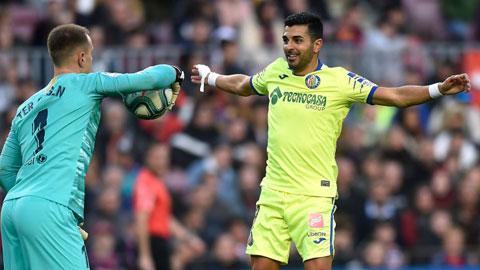 Angel Rodriguez (phải) vừa ghi bàn vào lưới Barca