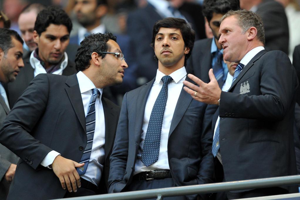 Khaldoon Al Mubarak (trái) và Sheikh Mansour (giữa) trong trận đấu duy nhất của Man City được ông chủ đến xem