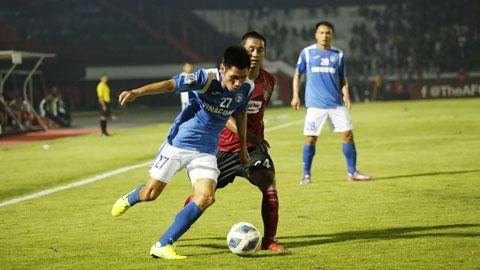 Hàng thủ yếu kém dẫn tới việc Than.QN (trái) thua đậm trước Bali United