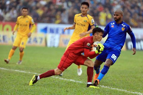 Các cầu thủ chất lượng như thủ môn Nguyên Mạnh và tiền đạo Samson (ảnh trên) đều đã có bến đỗ mới Ảnh: Đức Cường