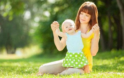 Thường xuyên cho trẻ tắm nắng cũng là cách tốt để chuyển hóa canxi ở trẻ