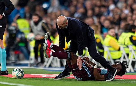 Tình huống dẫn đến cú va chạm giữa Zidane và Aidoo