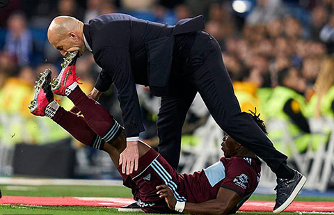 Mũi giày đập thẳng vào má của Zidane