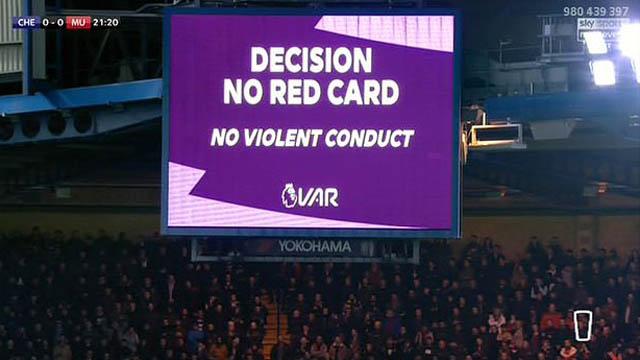...nhưng VAR xác nhận không có lỗi và Maguire cũng không bị thẻ phạt