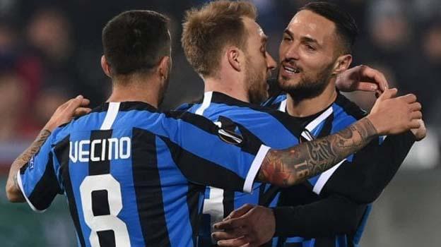 Đồng đội chúc mừng Eriksen có bàn thắng đầu tiên cho Inter