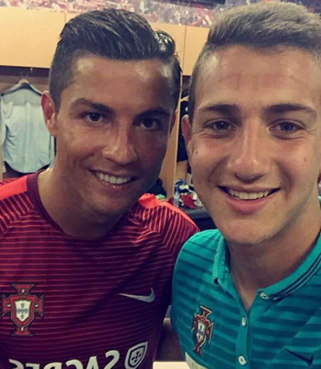Dalot với bức ảnh chụp chung với Ronaldo