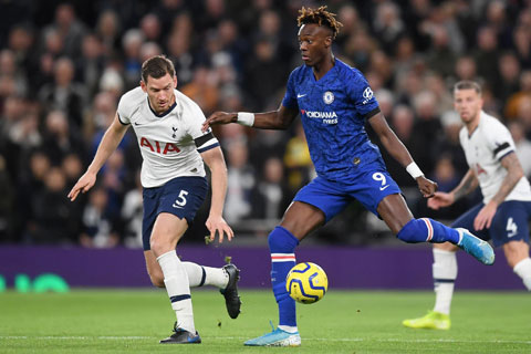 Abraham (áo xanh) sẽ đá chính và gây ra nhiều khó khăn cho hàng thủ Tottenham