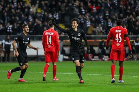 Kamada ăn mừng bàn thắng thứ 3 vào lưới Red Bull Salzburg rạng sáng qua