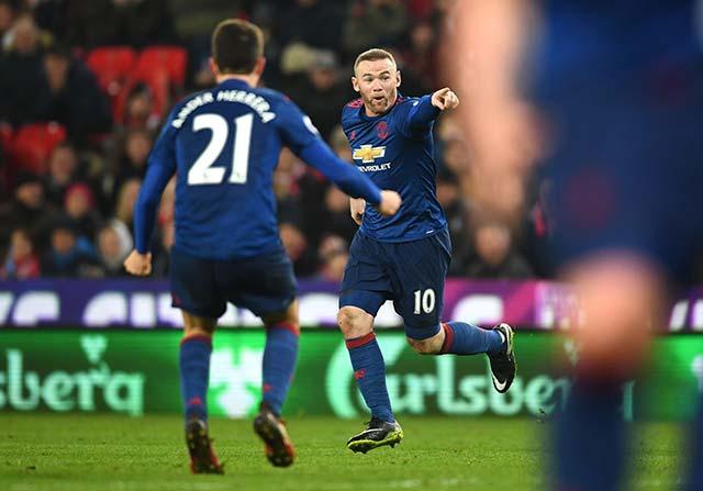 Rooney phá kỷ lục của Sir Charlton