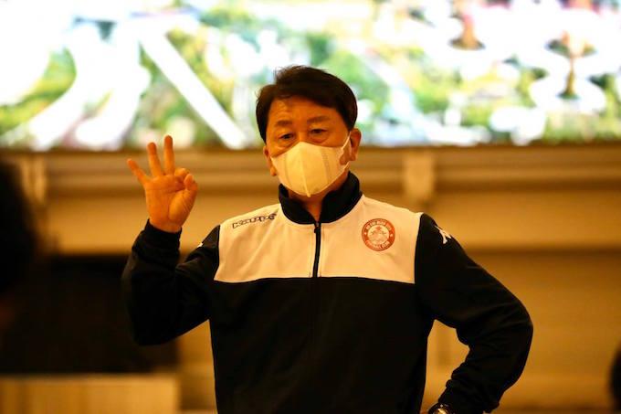 HLV trưởng Chung Hae Seong ra dấu ok, nhưng vẻ mặt lại rất căng thẳng