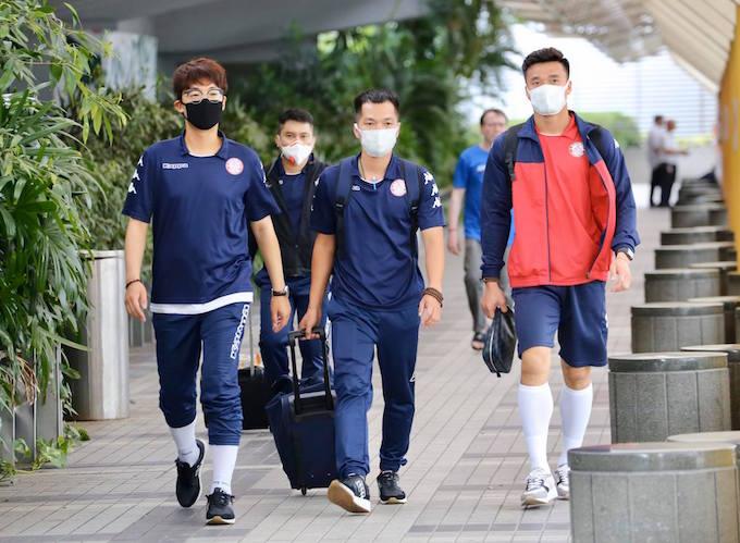 Các thành viên đội TP.HCM ra xe để về khách sạn