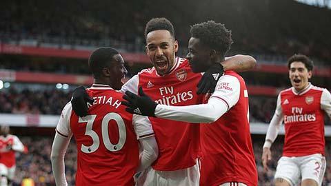 Saka hỗ trợ cho Nketiah trong bàn gỡ hòa của Arsenal