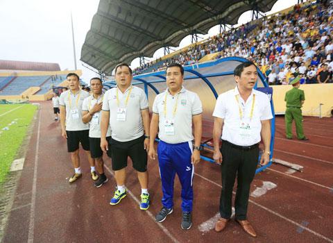 Trong 5 năm trở lại đây, HLV Nguyễn Thanh Sơn (thứ hai từ phải qua) đã 4 lần được mời lên ghế HLV trưởng B.BDẢnh: MINH TUẤN