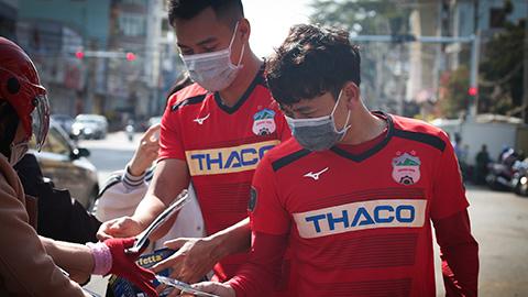 CLB Hoàng Anh Gia Lai phát khẩu trang cho người dân địa phương phòng virus Corona nCoV
