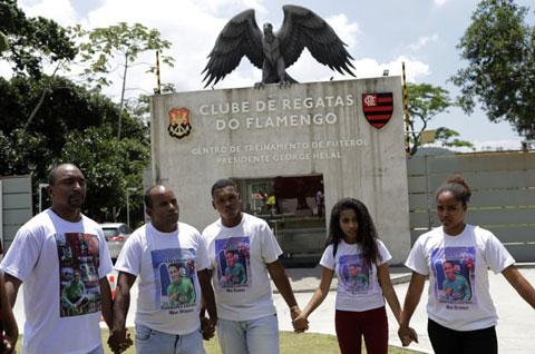 Người nhà nạn nhân chỉ có thể tưởng niệm con em mình  bên ngoài sân tập của Flamengo