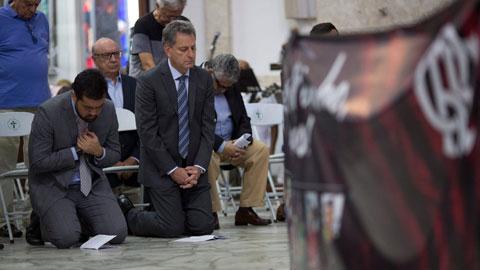 Chủ tịch Rodolfo Landim quỳ trong lễ tưởng niệm những người chết cháy, nhưng sau đó ông vẫn tỏ thái độ dửng dưng với các gia đình nạn nhân