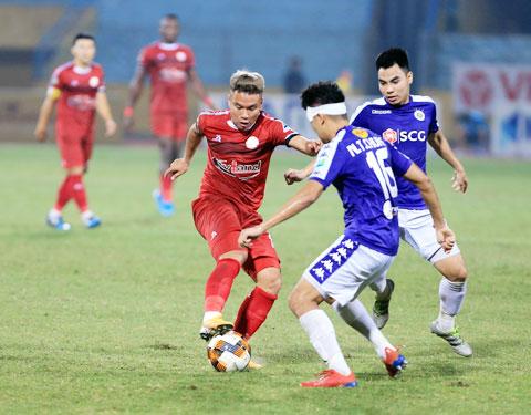 Tiền vệ Phi Sơn (bìa trái) đang có màn thể hiện tốt ở AFC Cup Ảnh: Đức Cường