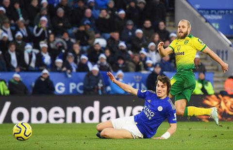Điểm tựa sân nhà sẽ giúp Norwich (áo vàng) buộc Leicester phải chia điểm