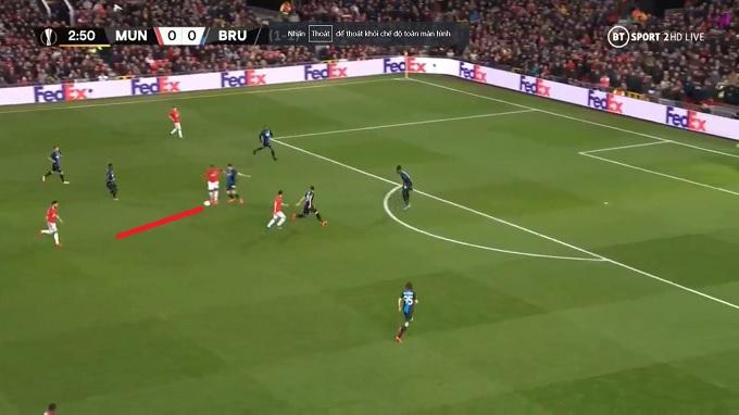 Ighalo trả ngược bóng lại cho Fernandes băng lên