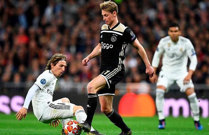 De Jong luôn sẵn sàng mạo hiểm rê dắt ngay sau khi nhận bóng từ chân thủ môn