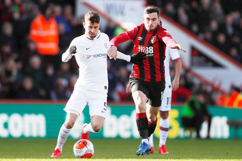 Bị đối thủ yếu Bournemouth chia điểm, Chelsea (áo sáng) đang đứng trước khả năng bị đánh bật khỏi Top 4 trong tương lai gần