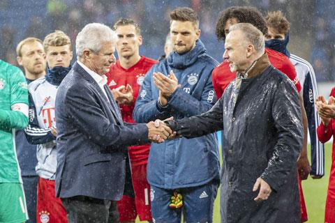 Tỷ phú Dietmar Hopp (trái) không được lòng NHM Bundesliga  vì đầu tư lớn cho Hoffenheim