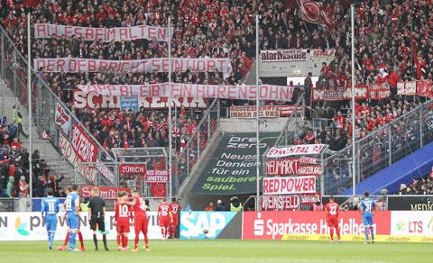 Fan Bayern căng biểu ngữ phản đối Hopp khiến cầu thủ hai đội kết thúc sớm trận đấu