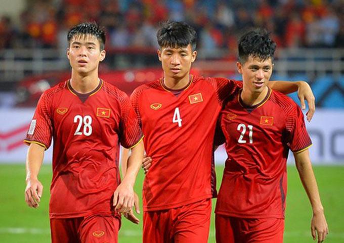 Chỉ còn Tiến Dũng (giữa) có thể thi đấu ở trận Malaysia gặp Việt Nam