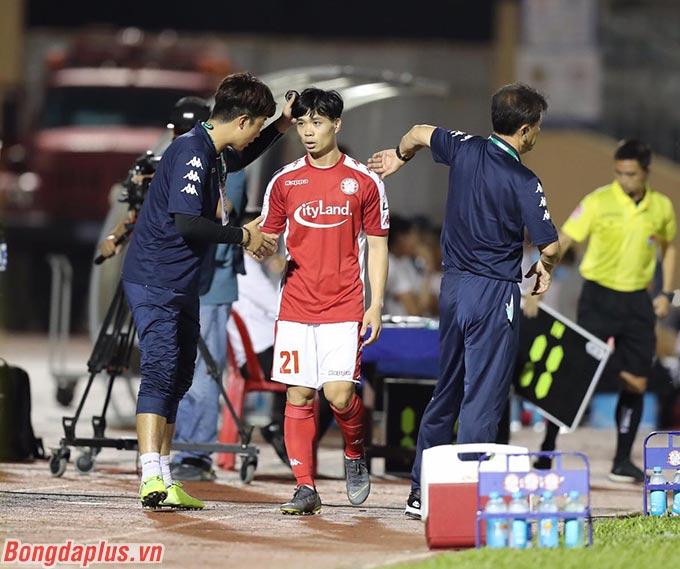 Công Phượng được HLV Chung Hae Soung rút ra nghỉ để phục vụ cho trận gặp Lao FC - Ảnh: T.L