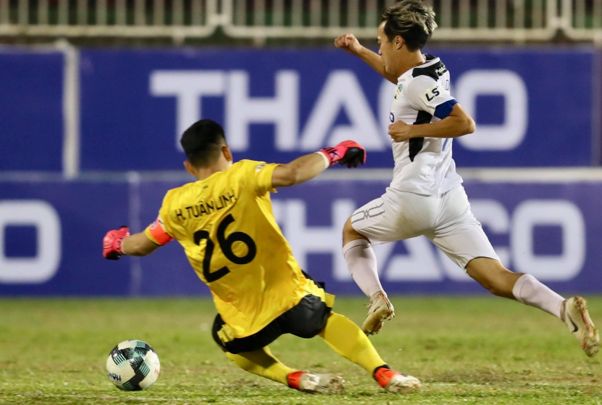 Văn Toàn có pha thoát xuống vượt qua Tuấn Linh tạo điều kiện cho Ngọc Quang ghi bàn mở tỷ số trận đấu - Ảnh: ĐĐ