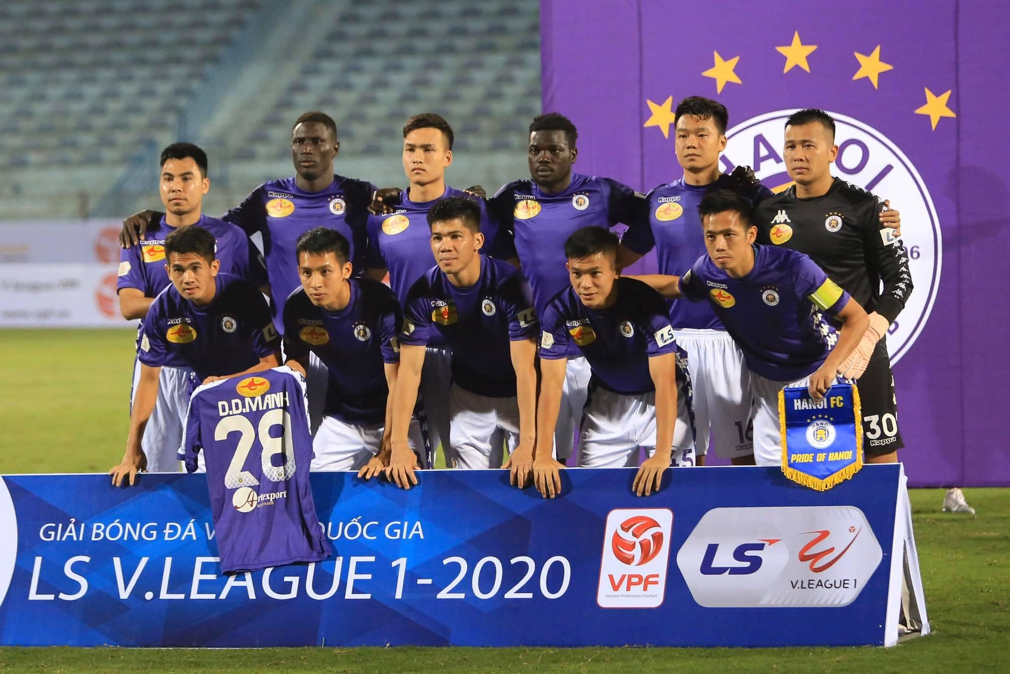 Hà Nội FC tri ân Duy Mạnh trước trận đấu - Ảnh: Đức Cường
