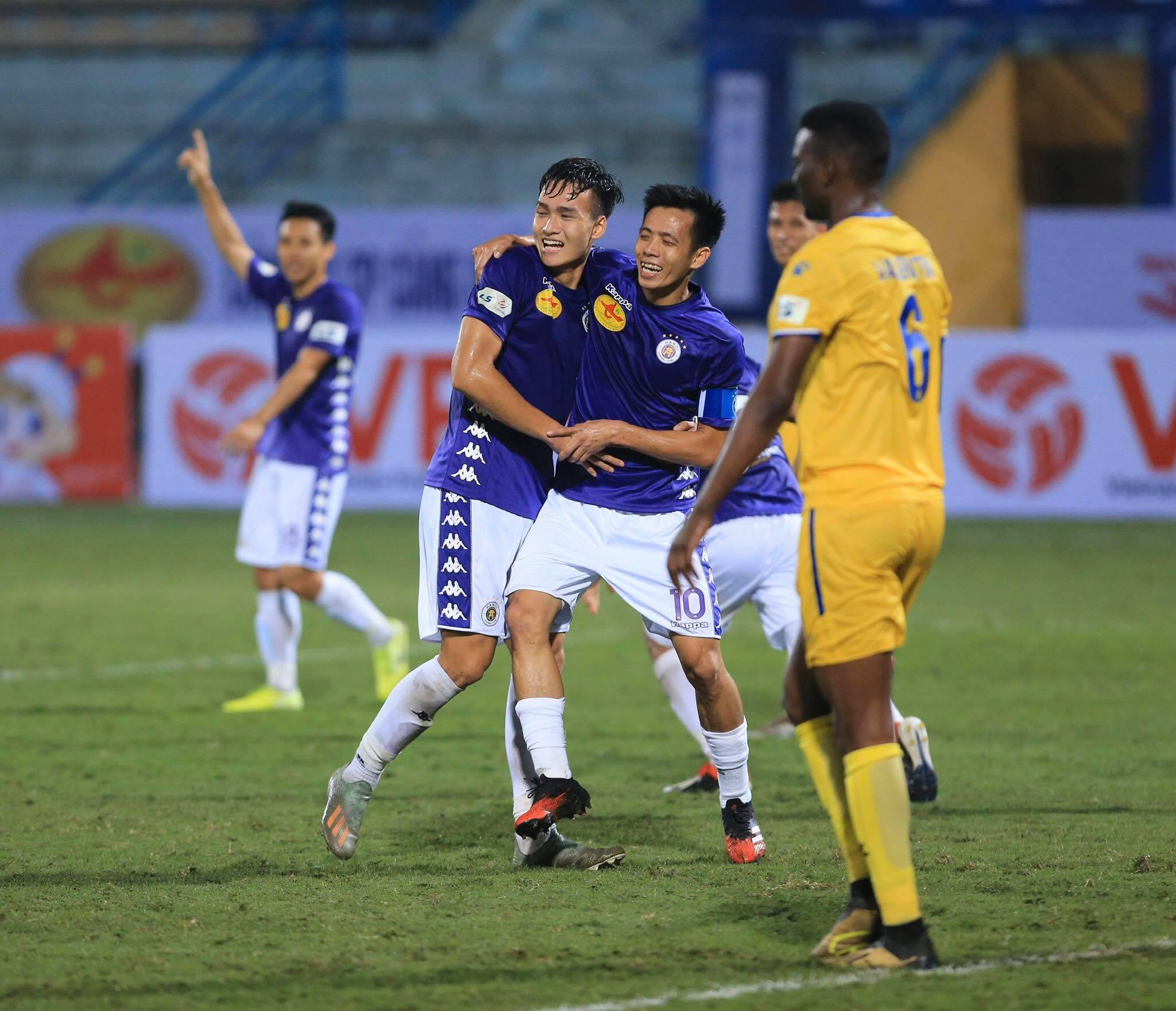 Hà Nội FC dành tặng chiến thắng cho Duy Mạnh - Ảnh: Đức Cường