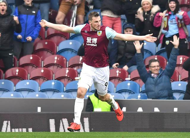 Wood ăn mừng bàn thắng vào lưới Tottenham