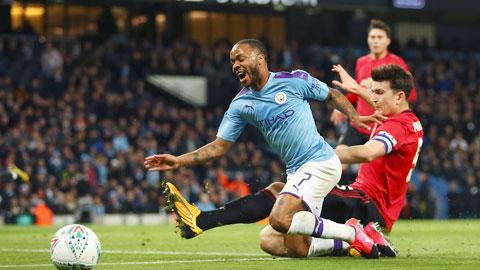 Điểm tựa sân nhà sẽ giúp Man United (áo sẫm) buộc Man City phải chia điểm