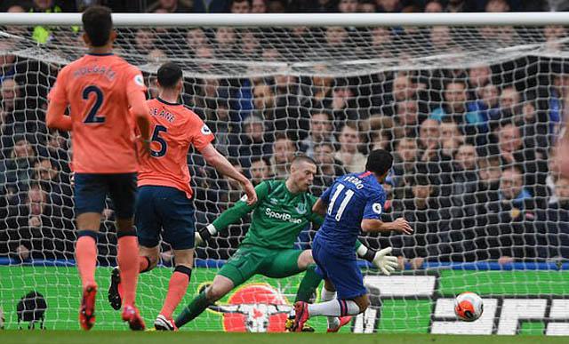 Pedro ghi bàn giúp Chelsea dẫn trước 2-0 trong hiệp 1