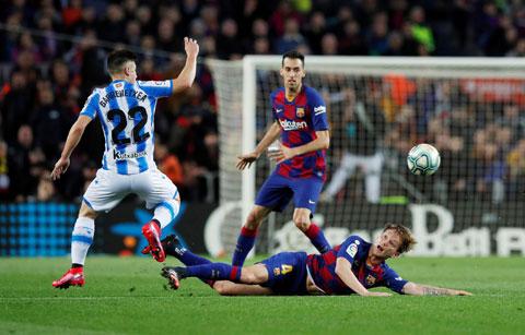 Barca (áo sẫm) đã có trận đấu nhạt nhòa trước Sociedad