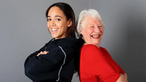 Johnson-Thompson (trái) vừa được huyền thoại Mary Peters tiếp thêm sức mạnh trước thềm Olympic Tokyo 2020
