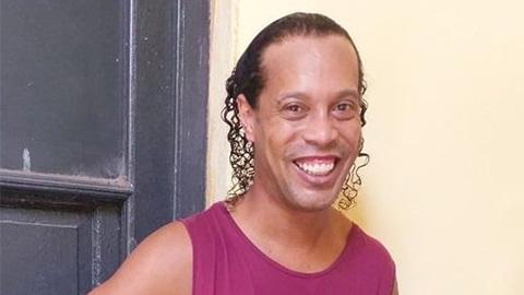 Ronaldinho nở nụ cười thương hiệu trong nhà tù ở Paraguay