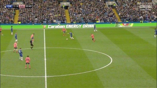 Gomes lao lên chặn các hướng chuyền của Gilmour