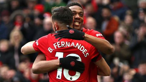 """Bruno Fernandes kiến tạo """"ma thuật"""" giúp Martial phá lưới Man City"""